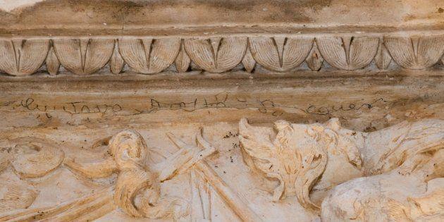 Una firma del poeta Gustavo Adolfo Bécquer realizada con grafito en la portada de la iglesia del convento...