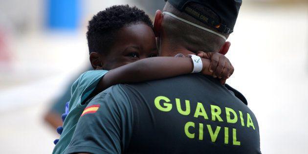 Un niño subsahariano juega con un guardia civil en un centro deportivo de Los Barrios (Cádiz), habilitado...