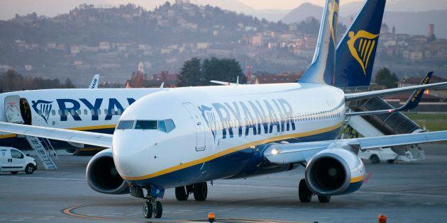 Un avión de Ryanair, en la pista del aeropuerto de Bergamo-Orio, en