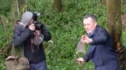 El líder del PP de Compostela recoge basura para la foto y después la tira al