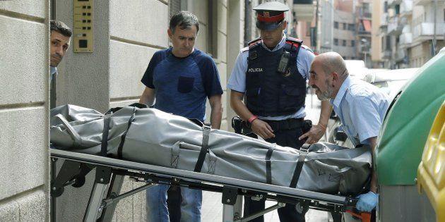 Operarios retiran el cuerpo sin vida de la mujer de 78 años que ha sido supuestamente asesinada por su