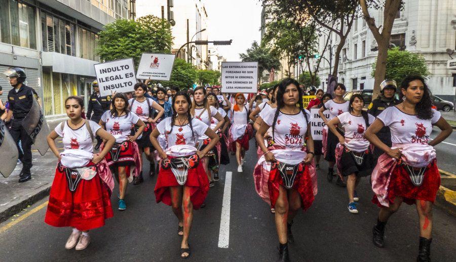 Las mujeres peruanas se manifiestan contra las esterilizaciones forzadas y contra el indulto a Alberto...