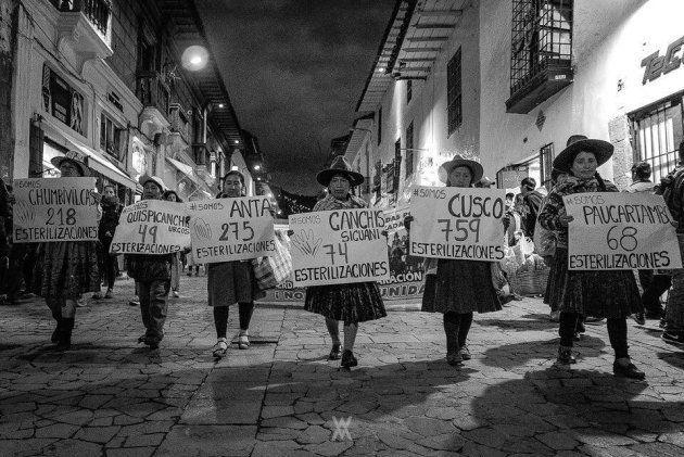 Agrupaciones de víctimas de esterilizaciones, en una marcha de protesta en Cuzco. Fotografía de Alfredo