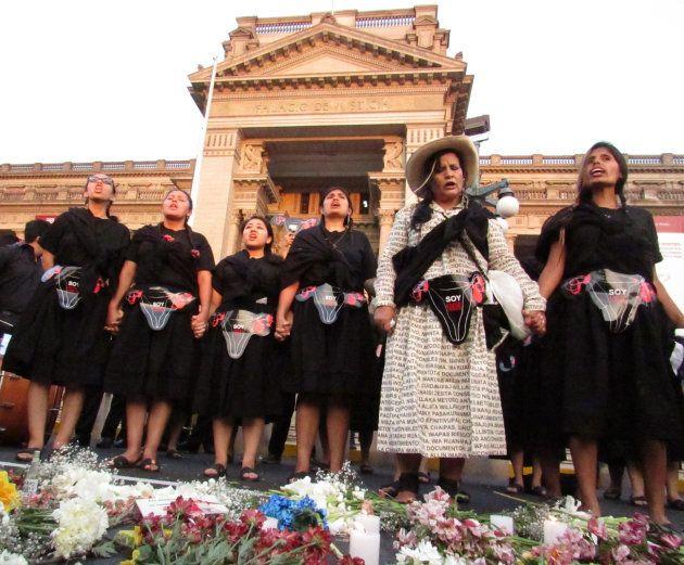 Victoria Vigo, de blanco en el centro, protesta ante el Palacio de Justicia de Lima en 2016. Las manifestantes...