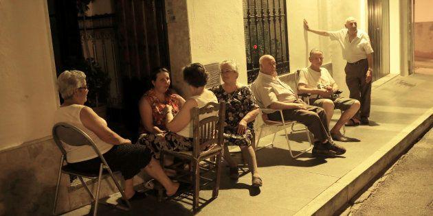 Vecinos de Ronda (Málaga), tratando de tomar en fresco ante sus