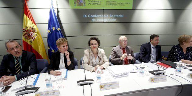 La ministra de Trabajo, Magdalena Valerio (centro), presidiendo hoy la mesa con las