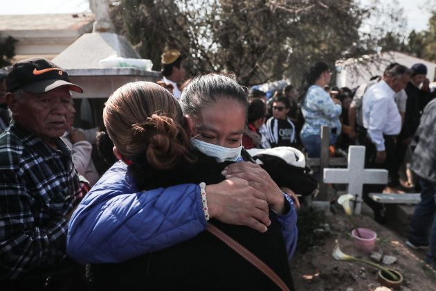 Familiares y amigos de las personas fallecidas por la explosión en Tlahuelilpan, Hidalgo despiden a sus...