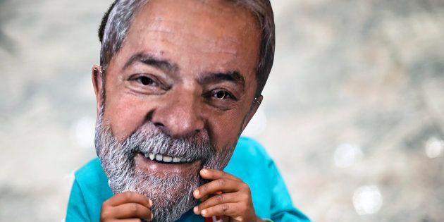 Un niño, con una careta de Lula da Silva, en la localidad brasileña de Contagem, el pasado