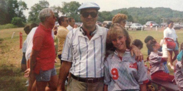 La autora con su padre en los años