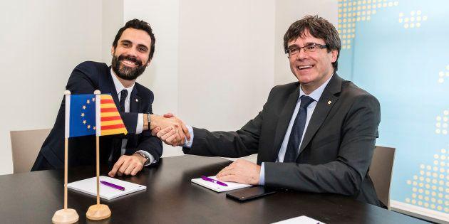 El expresidente de la Generalitat, Carles Puigdemont, junto al presidente del Parlament, Roger Torrent,...