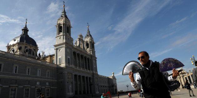 Un señor vende abanicos a las puertas de la Catedral de la Almudena, el pasado noviembre, en