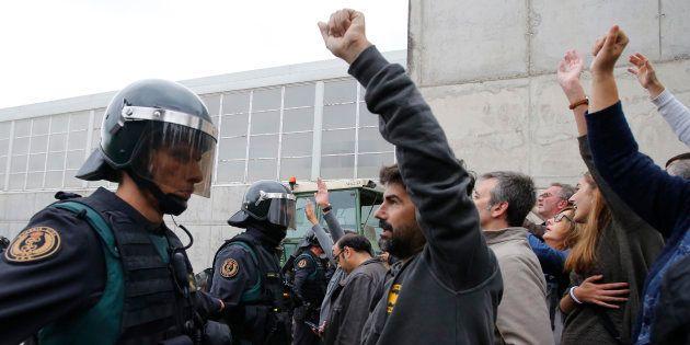 La Guardia Civil, ante manifestantes en un colegio electoral de Sant Julia de Ramis, el 1 de octubre...