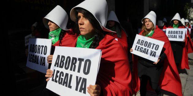 Mujeres ataviadas con la ropa de la serie 'El cuento de la criada' se manifiestan a favor de la legalización...