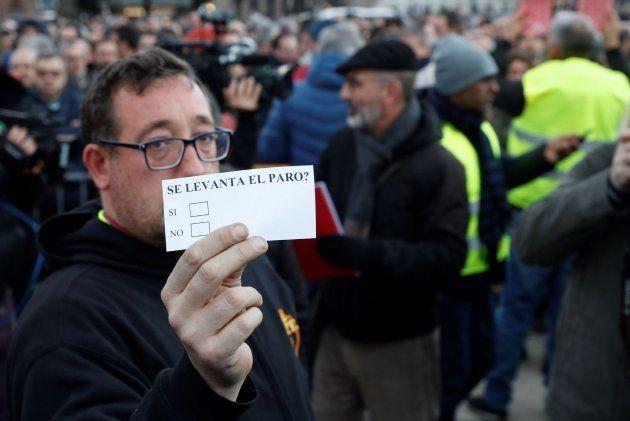 Los taxistas de Barcelona votan en asamblea si ponen fin a la