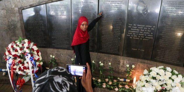 Una joven keniana, familiar de una de las víctimas del atentado, posa en el memorial levantado en