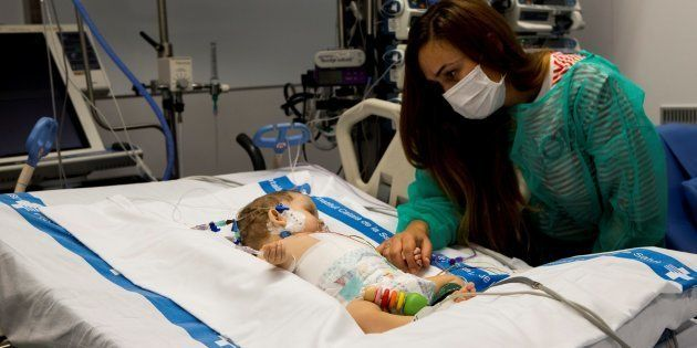 Vanesa cuida a su hija Roma, de ocho meses, una de los dos trasplantadas del Vall d'Hebron de
