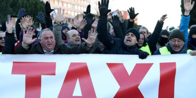 Un grupo de taxistas se manifiesta frente a los pabellones de IFEMA en Madrid durante la huelga para...