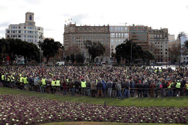 Asamblea de los taxistas en la plaza de Catalunya de
