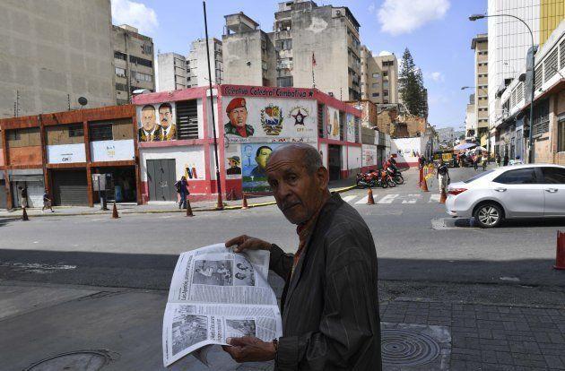 Un hombre lee el periódico en las calles de Caracas. 12 de enero de 2019. Foto: YURI CORTEZ/AFP/Getty