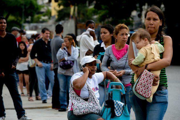 Personas se forman en una cola para comprar alimentos básicos en Caracas. 7 de junio de 2016. Foto: FEDERICO...