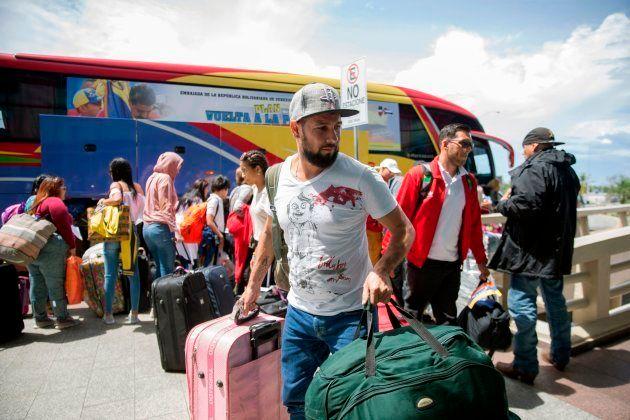 Venezolanos que habían emigrado a República Dominicana para escapar de la crisis en su país regresaron...