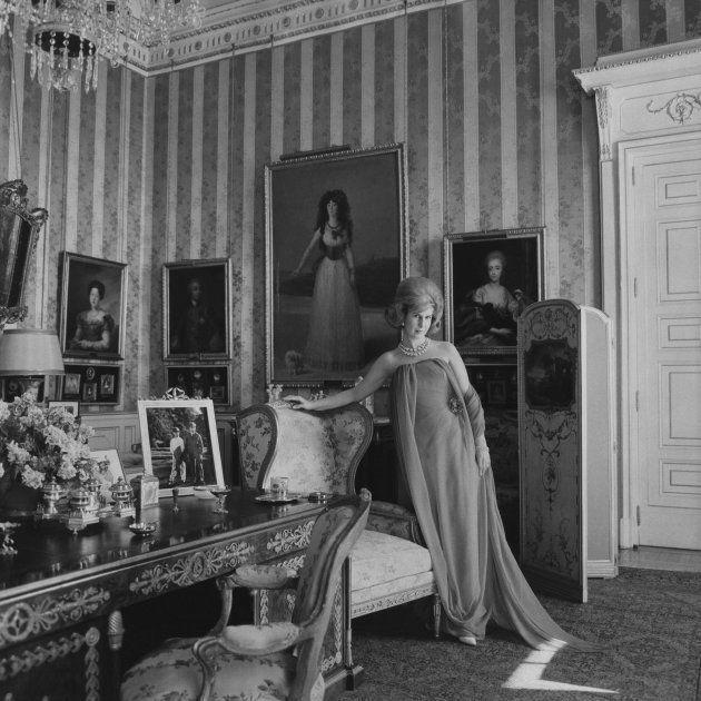 La duquesa de Alba con un diseño de Elio Berhanyer en el Salón Goya del Palacio de Liria en Madrid, posando...