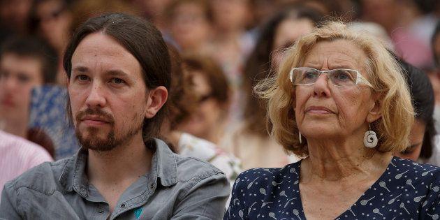Pablo Iglesias y Manuela Carmena, juntos en un mitin en un parque de Madrid, en mayo de