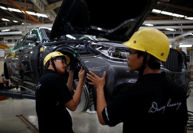Cadena de montaje del BMW Serie 7 en una fábrica en Yakarta