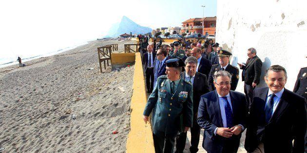 El ministro del Interior, Juan Ignacio Zoido, acompañado por el delegado el Gobierno en Andalucía, Antonio...
