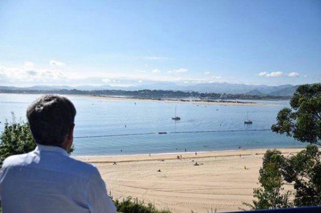 Miguel Ángel Revilla en la playa de Los Peligros