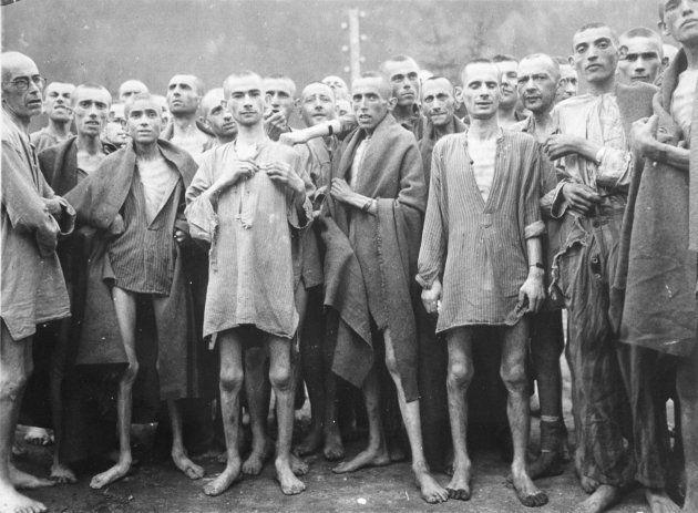 Un grupo de prisioneros en un campo de