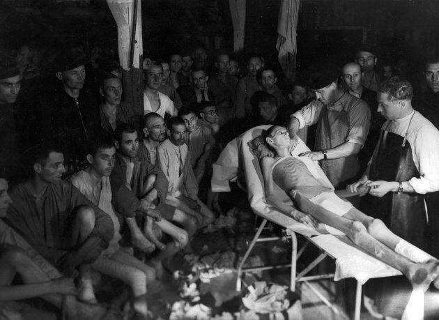 Un judío húngaro es examinado por un doctor checo en un capo de