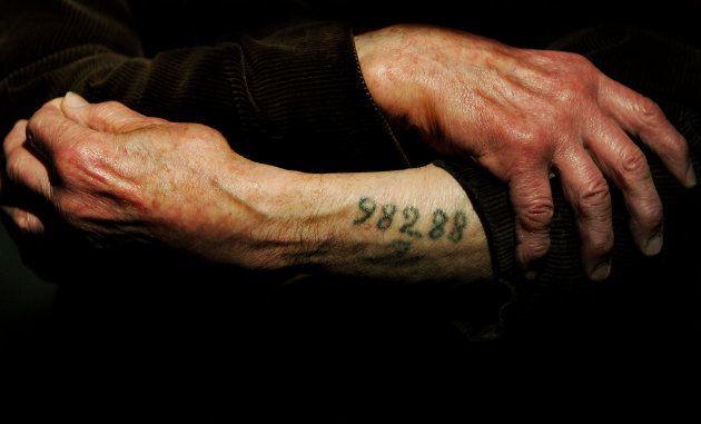 Un superviviente Auschwitz enseña el número con el que los
