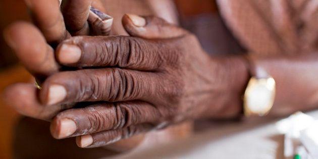 Un nigeriano haciendo rituales y prácticas religiosas en su
