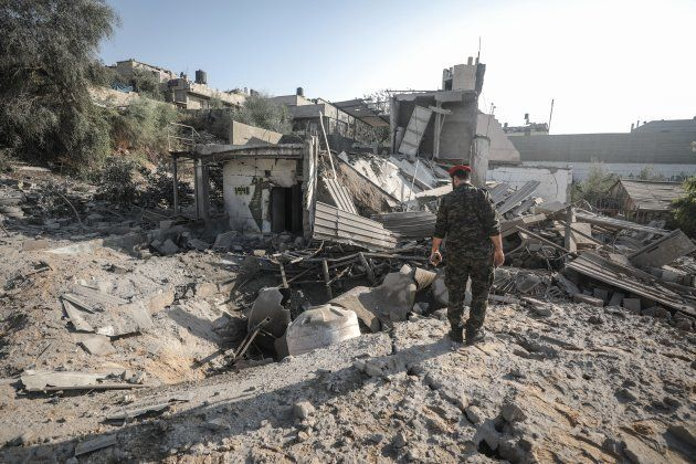 Fuerzas de seguridad de Gaza examinan los restos de una supuesta infraestructura de Hamás, destrozada...