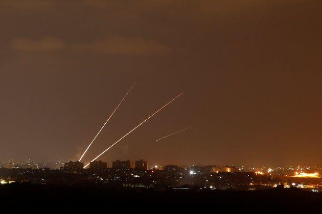 Imágenes de cohetes lanzados desde Gaza hacia Israel, tomadas desde
