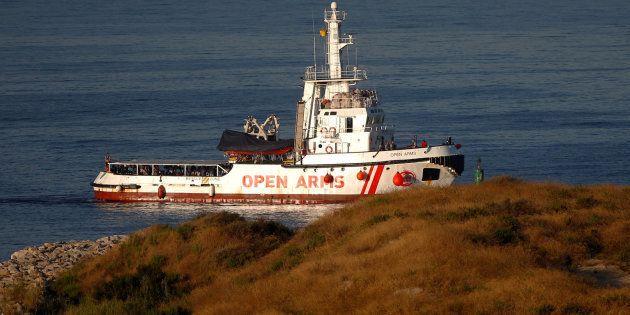 El buque 'Open Arms' llega al puerto de Algeciras con 87 inmigrantes, 12 de ellos