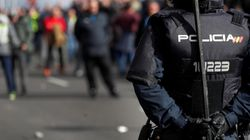Un centenar de taxistas bloquea la entrada del cementerio de la Almudena en la quinta jornada de