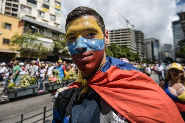 Participante en las protestas contra el gobierno de Nicolás Maduro en Caracas, Venezuela. 23 de enero...