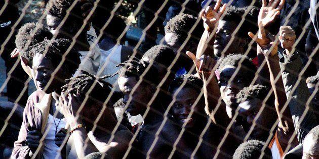 Un grupo de subsaharianos que logró acceder a Ceuta tras un salto masivo a la valla en