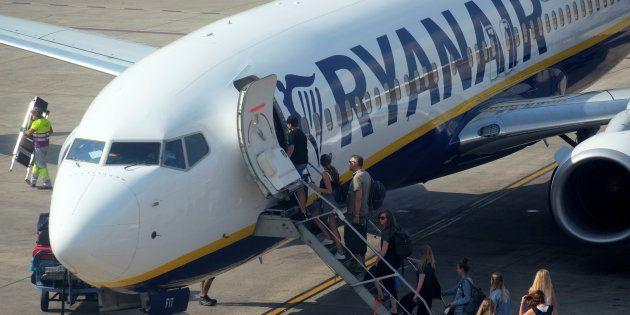 Un grupo de pasajeros se suben a un avión de Ryanair en Valencia durante la huelga de tripulantes en...
