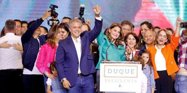 Iván duque, en primer plano, celebra en Bogotá su elección como
