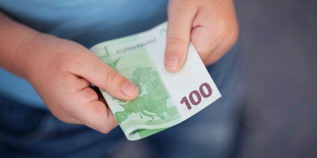 Un niño de 12 años de Tenerife devuelve un sobre con 2.000 euros que encontró en la