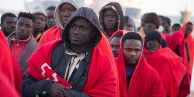 Llegada al puerto de Motril de los 60 ocupantes de una patera rescatada este
