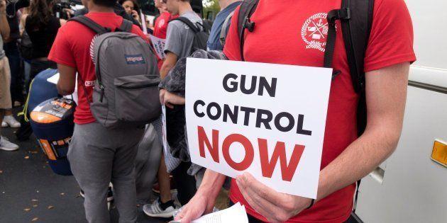 Estudiantes del instituto Marjory Stoneman Douglas, donde se produjo el tiroteo, reparten carteles para...