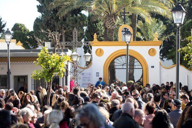 Centenares de personas apoyan a los padres de Julen en el último adiós a su