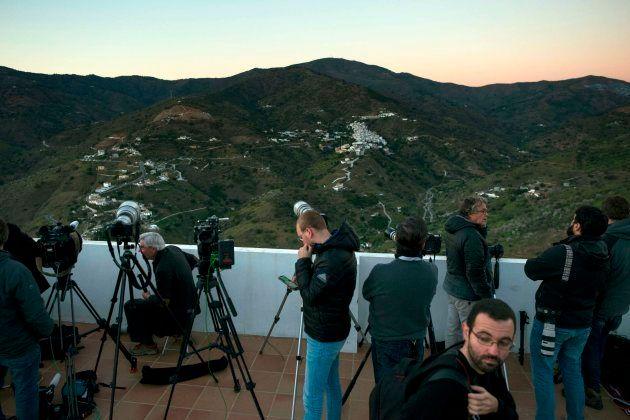 Periodistas gráficos apostados a distancia del pozo en el que cayó Julen durante la operación de