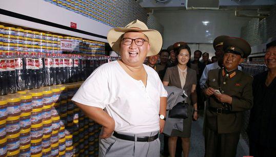 Kim Jong Un visita una fábrica y es la viva imagen de la