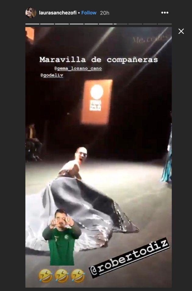 La modelo Laura Sánchez se ríe de su caída en un desfile de la