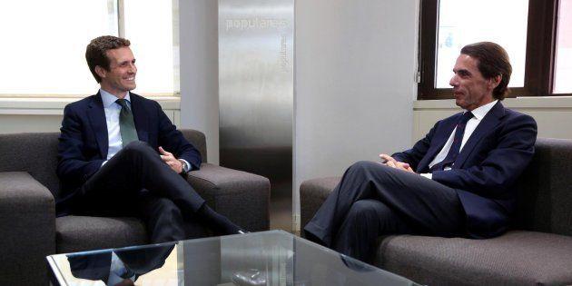Pablo Casado, durante la reunión en la sede de Génova con el expresidente del Gobierno José María